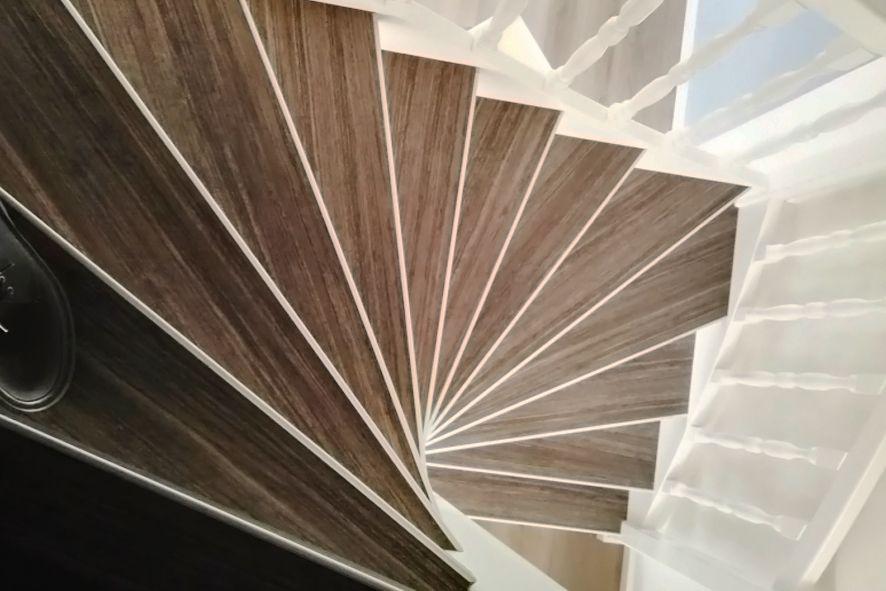 Pvc trapbekleding voor een open trap in u e dessins en kleuren